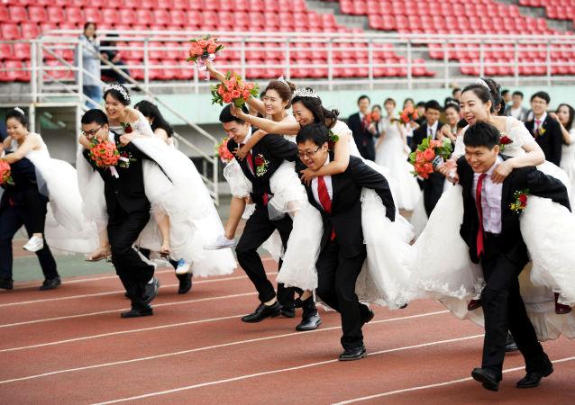 سباق الأزواج في إطار حفل زفاف جماعي لطلاب الدكتوراة من معهد هاربين للتكنولوجيا، وشمل السباق 64 زوجا، الصين 4 يونيو/ حزيران 2017