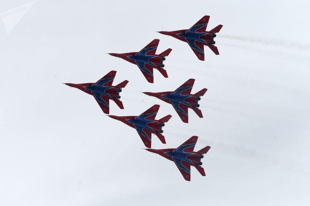 الفرقة الاستعراضية الجوية الروسية ستريجي (الخفافيش) خلال مراسم افتتاح أول بطولة لإطلاق النار من بندقية قربينة في حديقة باتريوت