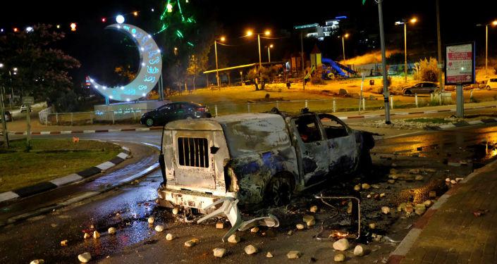 سيارة شرطة محترقة إثر اشتباكات دارت بين الفلسطينيين والشرطة الإسرائيلية في البلدة العربية كفر قاسم، 6 يونيو/ حزيران 2017