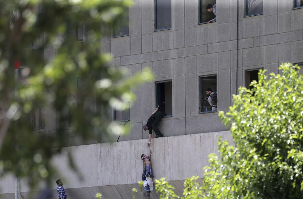 أشخاص يحاولون الهروب من البرلمان الإيراني في طهران، إيران 7 يونيو/ حزيران 2017
