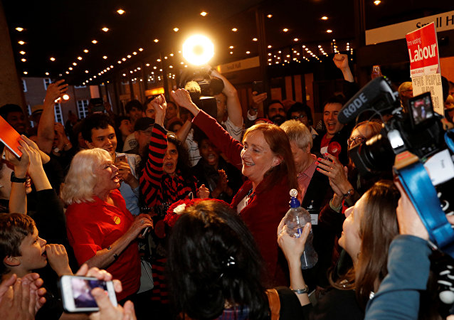 احتفالات أنصار العمال بالفوز بمقعد كنسينغتون