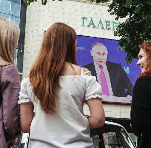 المواطنون الروس يتابعون البث المباشر السنوي للرئيس فلاديمير بوتين، 15 يونيو/ حزيران 2017