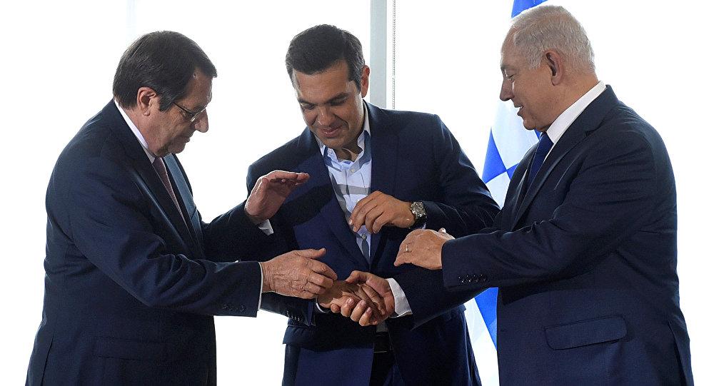 رئيس الوزراء الإسرائيلي بنيامين نتانياهو ورئيس الوزراء اليوناني الكسيس تسيبراس والرئيس القبرصي نيكوس اناستسيادس