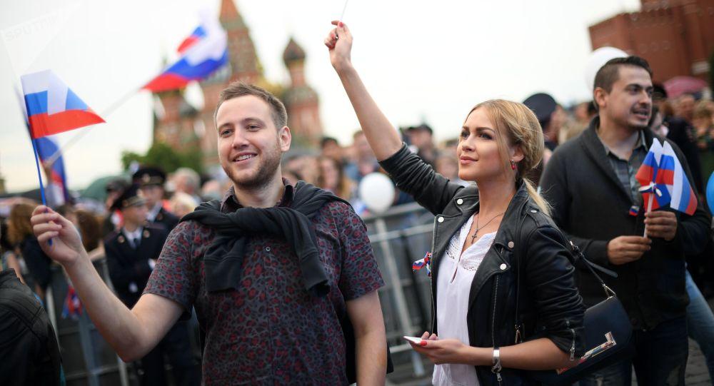 سكان وزوار موسكو خلال الاحتفالات بـ يوم روسيا على الساحة الحمراء، 12 يونيو/ حزيران 2017