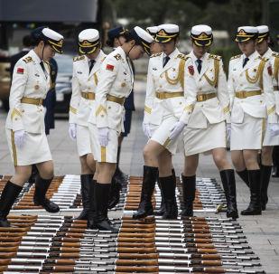 الحرس العسكري النسائي الصيني يستعد لاستقبال رئيس وزراء لوكسمبورغ خافيير بيتل ونظيره الصيني لي كه تشيانغ في قاعة الشعب الكبرى في بكين، الصين 12 يونيو/ حزيران 2017