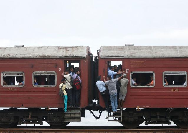ركاب القطار في كولومبو، سريلانكا 14 يونيو/ حزيران 2017