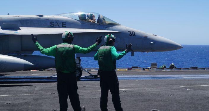 طائرة إف-18 على متن حاملة طائرات