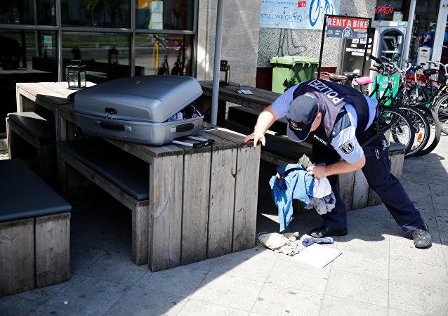 شرطي ألماني يفحص حقيبة