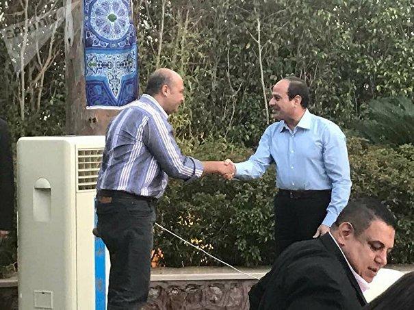 الرئيس السيسي يستقبل مواطن شارك في الإفطار الشخصي
