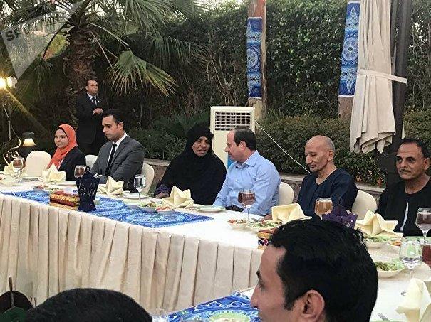 الرئيس السيسي يتناول الإفطار مع مجموعة من المواطنين