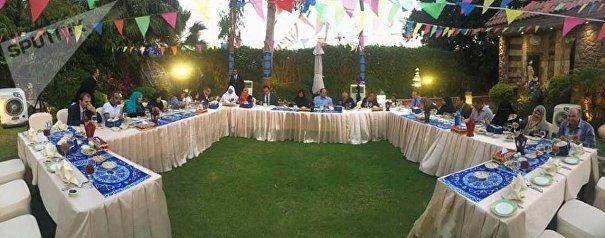 الرئيس عبد الفتاح السيسي يشارك مجموعة من المواطنين في الإفطار