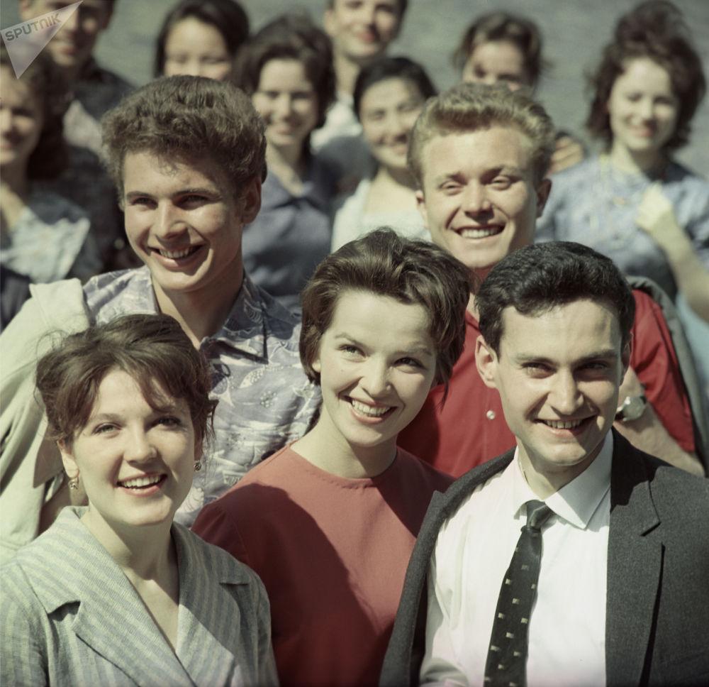 مجموعة من الطالبات في الستينات