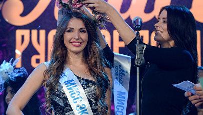 الفائزة بجائزة  ملكة جمال الراديو الروسية ألينا جولوفان (من اليسار) وهي مسابقة الجمال الوطني في بارفيخا لاكشاري فيليدج في موسكو