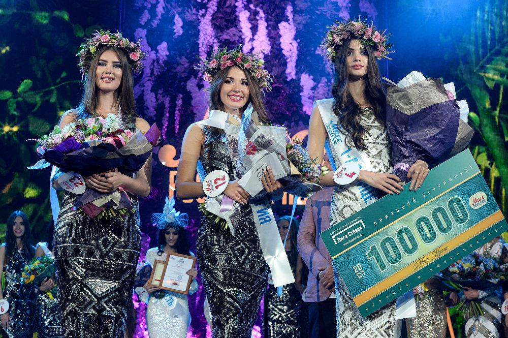 صاحبة المركزالثالث فاليريا سكولوتا، و ملكة جمال الراديو الروسي ألينا جولوفان وصاحبة المركز الثاني مارغريتا كورنوسوفا في مسابقة الجمال الوطني ملكة جمال الراديو الروسي