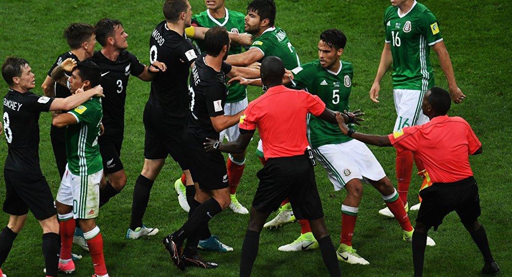 مشاجرة بين لاعبي المكسيك و نيوزيلاندا في كأس القارات