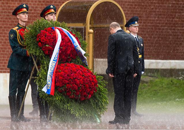 الرئيس الروسي فلاديمير بوتين أمام نصب الجندي المجهول