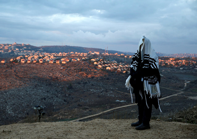 يهودي يصلي في إحدى البؤر الاستيطانية