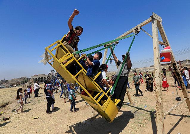 أطفال يلهون في الموصل احتفالا بعيد الفطر