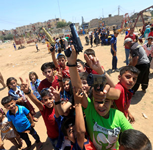 أطفال يلهون بمسدسات في عيد الفطر بالموصل