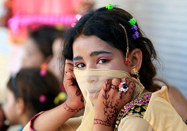 طفلة من الموصل تتزين بمناسبة عيد الفطر