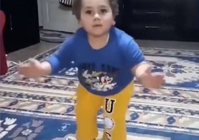 طفل تركي يرقص