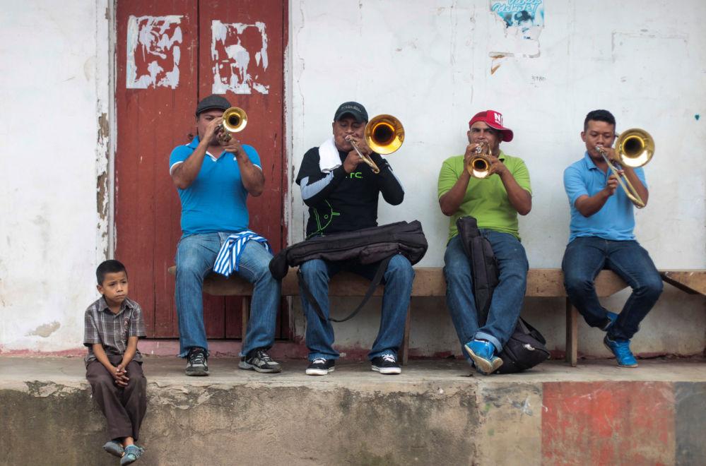 موسيقيون يعزفون في شوراع نيكاراغوا