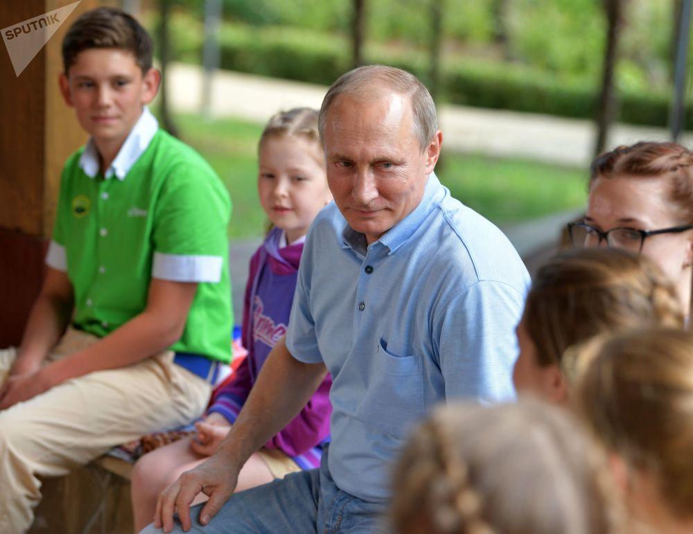 الرئيس الروسي فلاديمير بوتين في المركز الدولي للأطفال في شبه جزيرة القرم