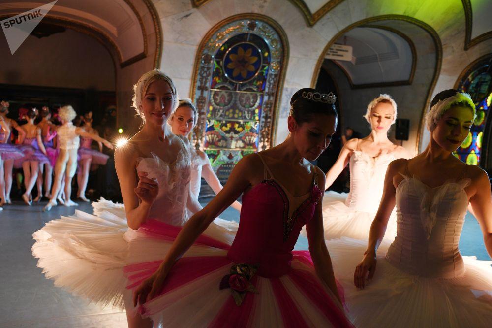 راقصات الباليه يقدمن عرضا في إحدى محطات الميترو في موسكو، أمام مشجعي كرة القدم