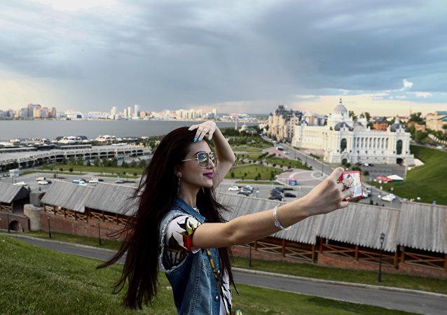كأس القارات 2017 - مشجعة تلتقط صورة سيلفي على خلفية كرملين قازان