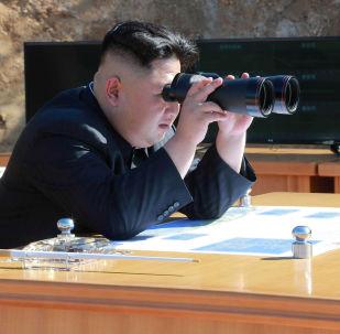 زعيم كوريا الشمالية كيم جون أون يراقب تجربة إطلاق صاروخ باليستي جديد في بيونغ يانغ، كوريا الشمالية 4 يوليو/ تموز 2017
