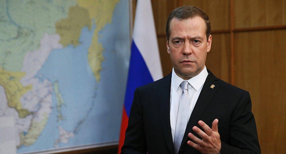 دميتري ميدفيديف على خلفية خريطة روسيا الاتحادية