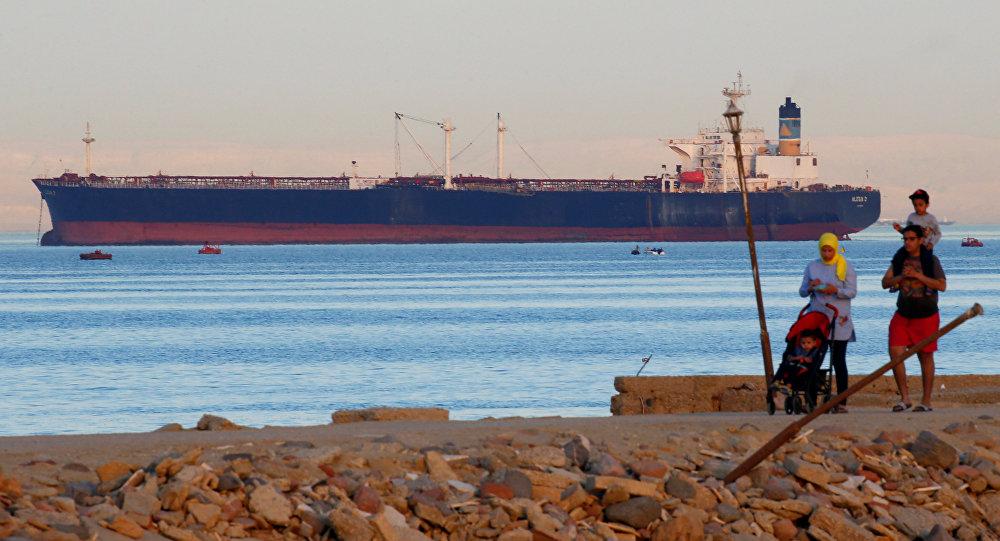 سفينة تعبر العين السخنة قبل دخول قناة السويس