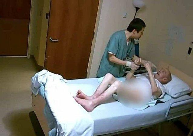 اعتداء وحشي من ممرض كندي على مسن عربي في دار العجزة