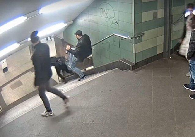 رجل يركل فتاة في المترو في ألمانيا