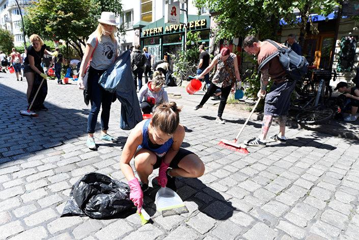 سكان هامبورغ ينظفون الشوارع
