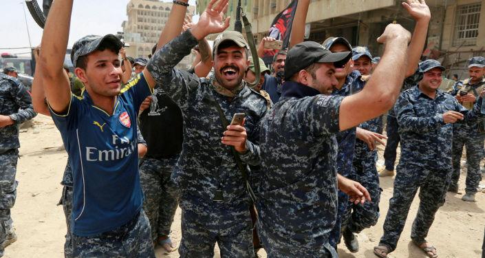 الشرطة العراقية تحتفل بالنصر على داعش في مدينة الموصل، العراق، 8  يوليو/ تموز 2017