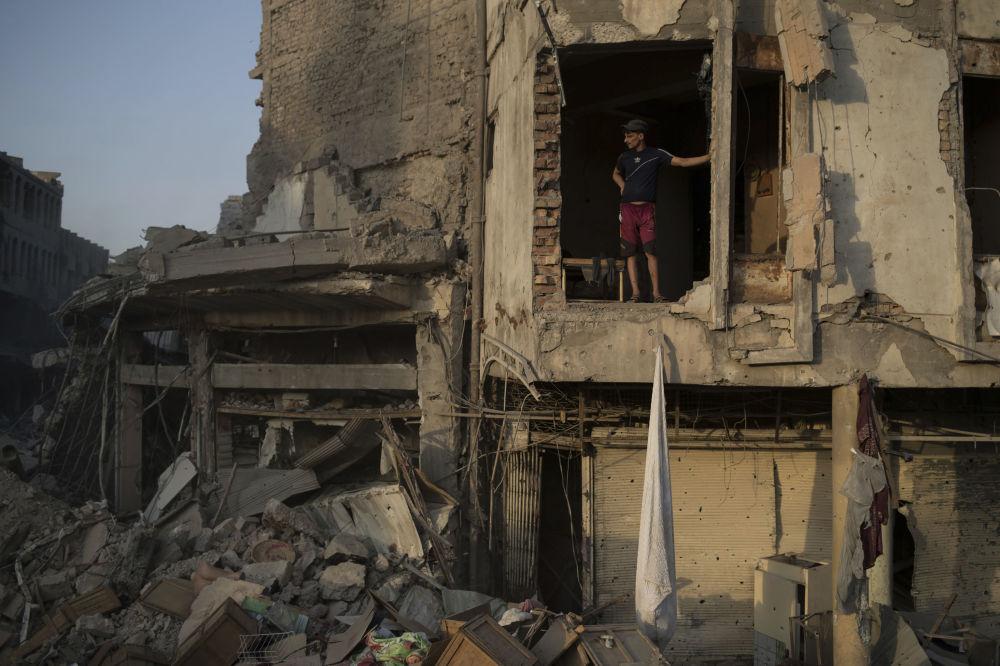 ضابط  في الشرطة العراقية يقف داخل مبنى مدمر في مدينة الموصل، العراق 9  يوليو/ تموز 2017