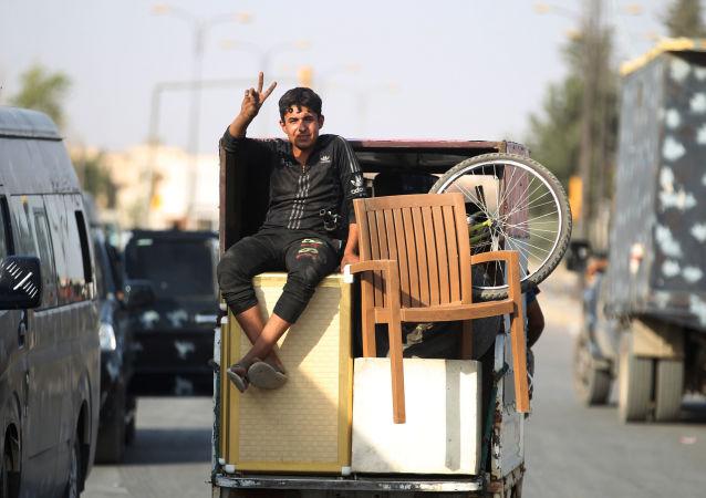 صبي عراقي يحتفل بالنصر على داعش في الموصل، العراق 9 يوليو/ تموز 2017