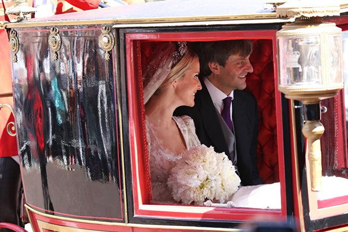 يكاترينا هانوفر والأمير إرنست أغسطس أمير هانوفر يغادران الكنيسة بعد حفل زفاف في هانوفر، وسط ألمانيا، في 8 يوليو/ تموز 2017