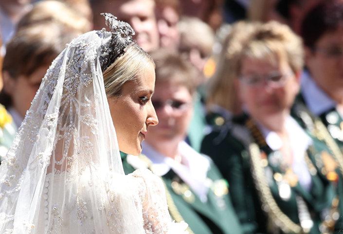 أميرة هانوفر يكاترينا قبيل مراسم عقد القران في الكنيسة، وسط ألمانيا، في 8 يوليو/ تموز 2017