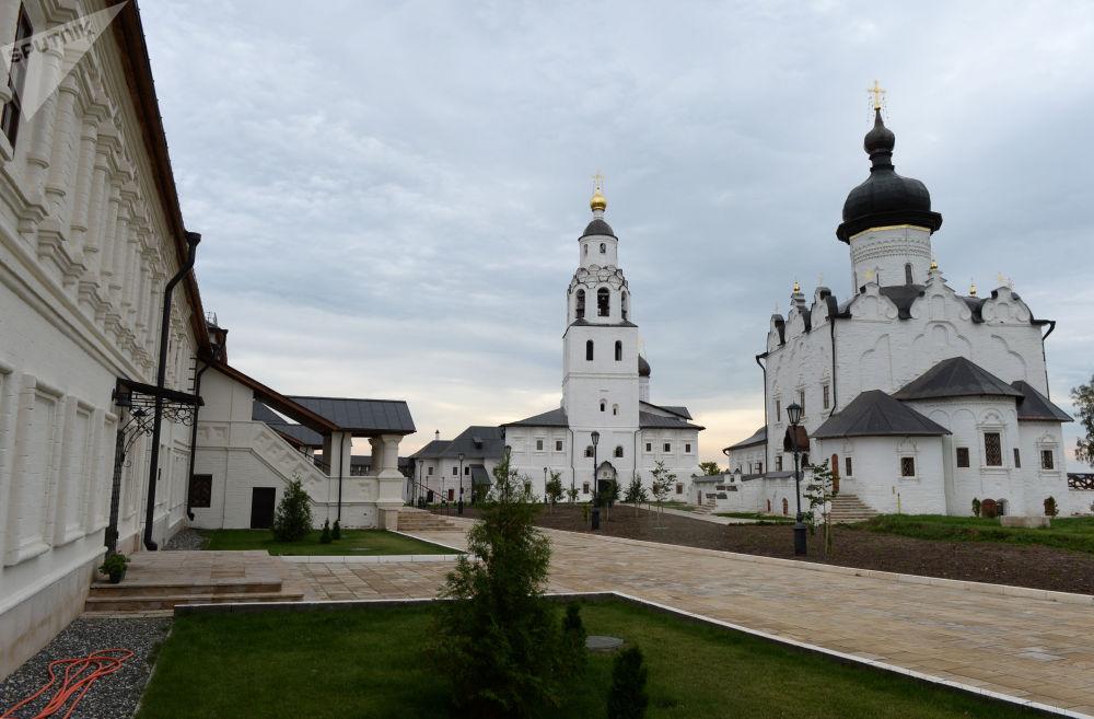 مشهد يطل على دير للرجال سفياجسكيي أوسبينسكي وكتدرائية أوسبينسكي في متحف تاريخي هندسي أوستروف-غراد-سفياجسك، تتارستان