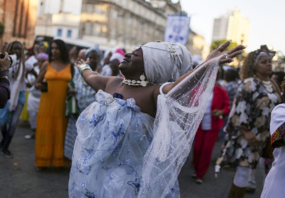 امرأة في ريو دي جانيرو ترقص فرحة بإدراج موقع فالونغو وارف إلى قائمة اليونيسكو للتراث، وهي منطقة وصول العبيد إلى البرازيل قديما، البرازيل 10 يوليو/ تموز 2017