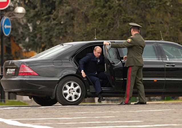 وصول الرئيس الروسى فلاديمير بوتين إلى ساحة إيفانوفسكايا بالكرملين فى عرض عسكرى بمناسبة الذكرى الـ 70 لتأسيس فوج الرئيس.