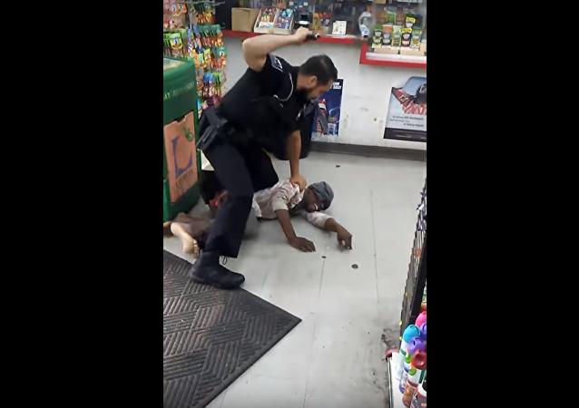 شرطي أمريكي يعتدي على امرأة بطريقة وحشية
