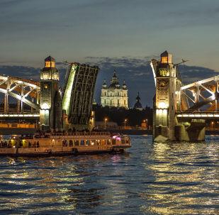جسر بطرس الأكبر في مدينة سان بطرسبورغ
