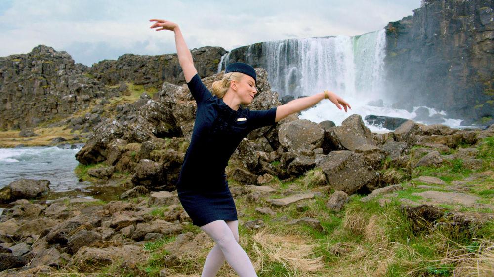 كاترين إيجولفسدوتير، مضيفة طيران الخطوط الجوية الأيسلندية آيسلند آير (Icelandair) خلال ممارستها لرقص اباليه استعدادا لـ Stopover Pass وهي خدمة تمنح الركاب إمكانية الوصول إلى مجموعة من العروض التي تربط طاقم الطيران الأيسلندي ومواهب الأيسلنديين مجانا من خلال خدمة الطيران عبر الأطلسي.