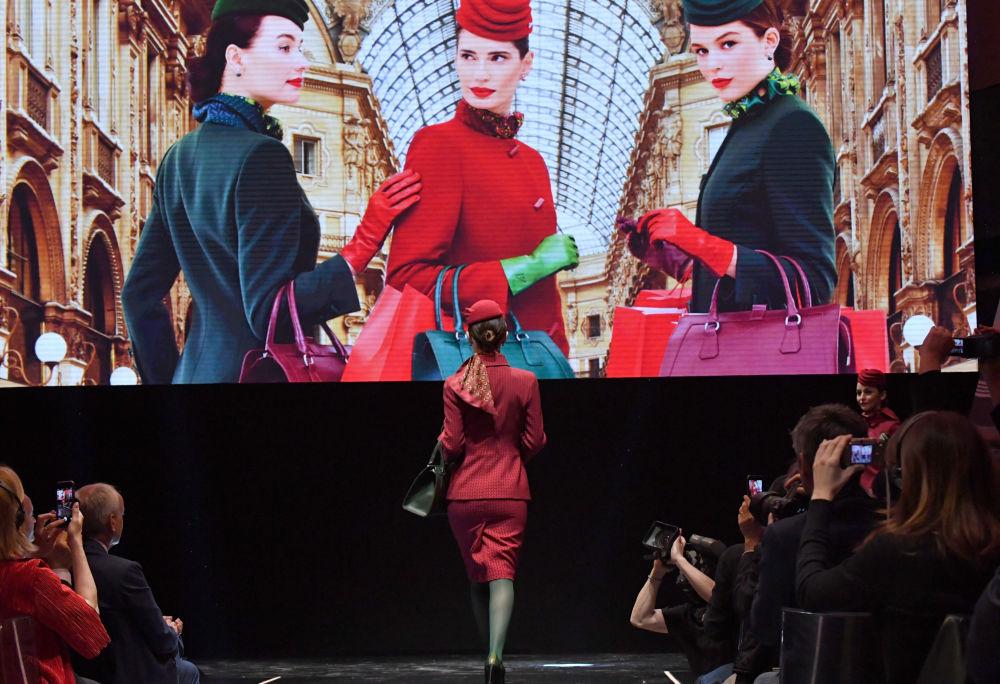 عرض أزياء مضيفات طيرانالخطوط الجوية الإيطالية آليتاليا (Alitalia) في روما