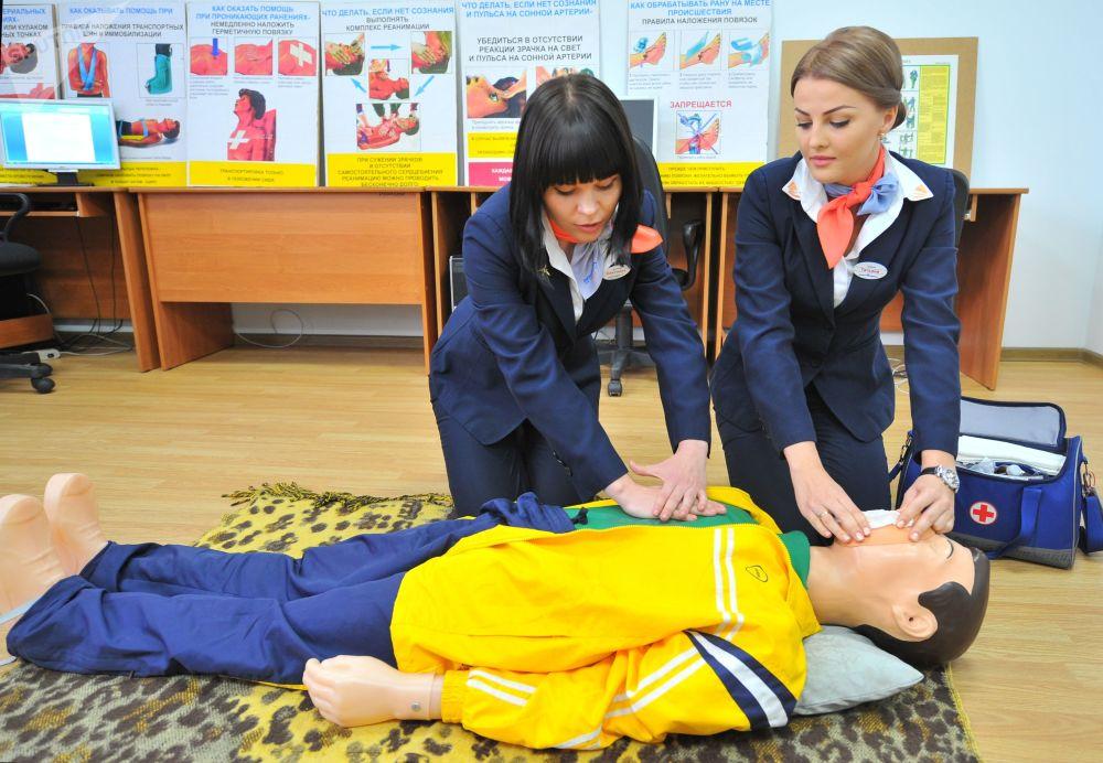 المقبلات على العمل كمضيفات خلال التدريب العملي في مركز القوقاز الشمالي للتدريب، ورسيا