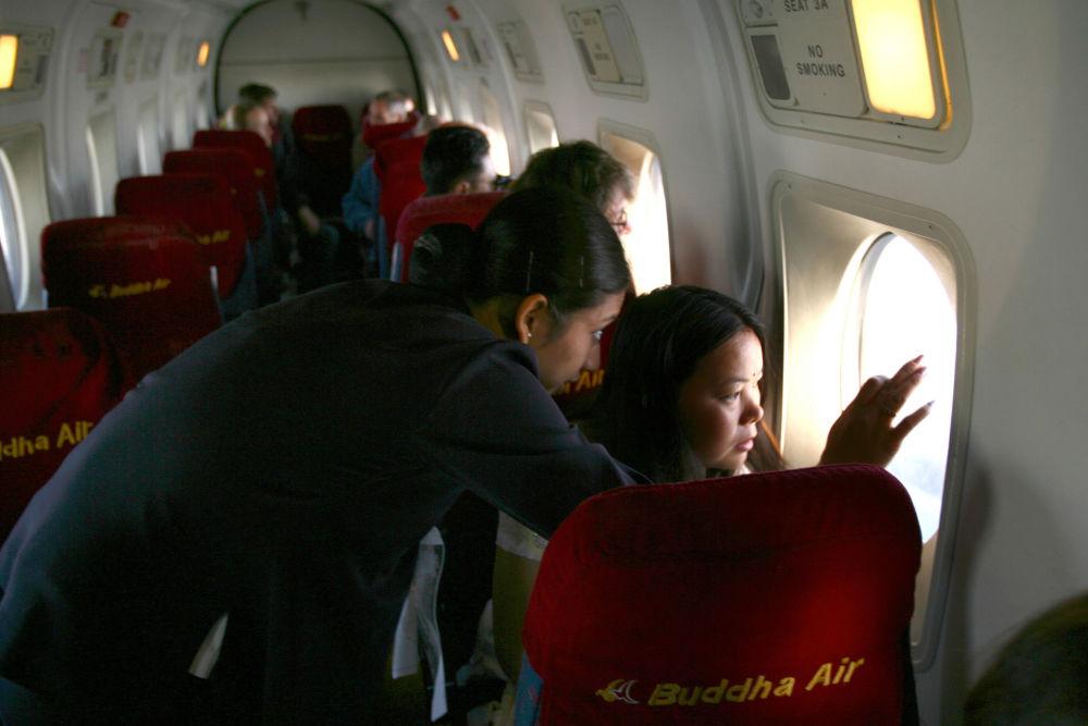 مضيفة الطيران النيبالي تلفت انتباه راكب إلى أنهم فوق جبال جبال الهيمالايا