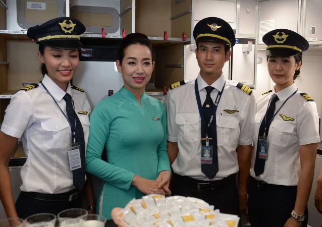 أعضاء طاقم طيران شركة فييتنام (Vietnam Airlines)